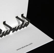 """Tarjetas pop up para el estudio """"Laturuta"""". Un proyecto de Consultoría creativa, Diseño y Diseño gráfico de Omán Impresores  - Miércoles, 28 de mayo de 2014 00:00:00 +0200"""