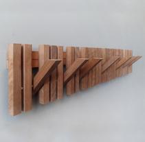 MARIMBA colgador pared en madera _ wooden coat hanger. Um projeto de Arquitetura, Design de móveis, Design industrial e Arquitetura de interiores de Andres Gonzalez - 23-11-2015