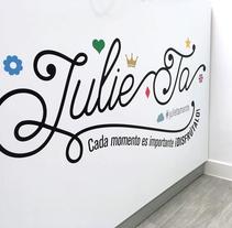 Julie Ta. Moda y complementos. Un proyecto de Diseño, Dirección de arte, Br, ing e Identidad y Diseño gráfico de Raquel Cañas Hernández         - 19.10.2017